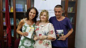 Me poetët finlandez; J.K.Ihalainen dhe Kirsti Kuuronen në promovim të antologjisë finandeze në Tiranë, 2016.
